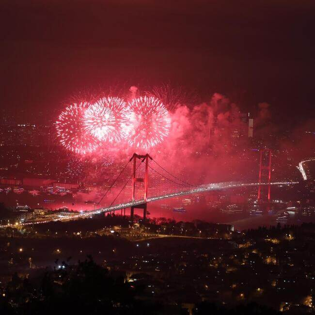 Istanbul accueille le Nouvel An avec un spectacle de feux d'artifice grandiose